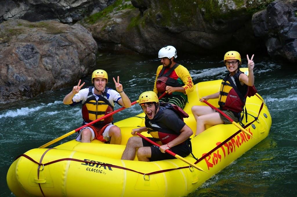 Rafting sur le rio Pacuare : Rémi, Jules et Céline (de g. à d.)