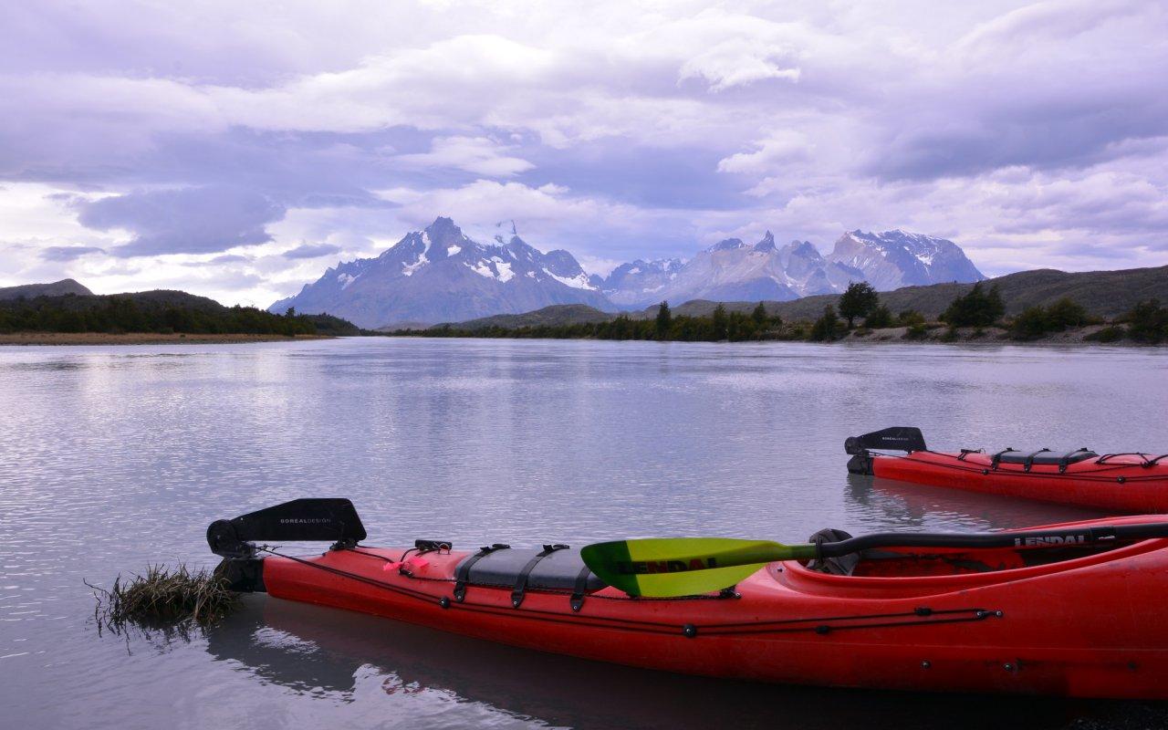En kayak sur le Rio Grey, face aux montagnes de Torres del Paine