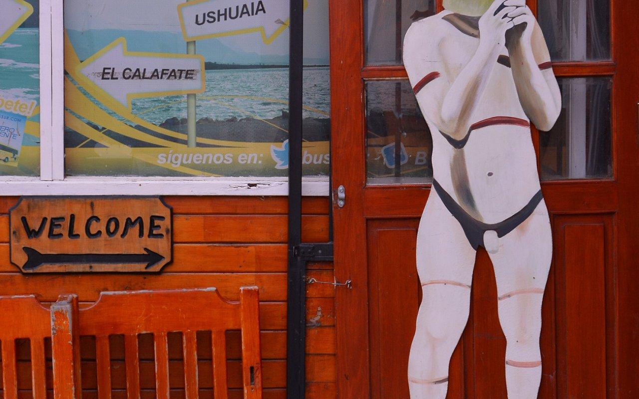 Selk'nam à l'entrée du marché artisanal de Puerto Natales