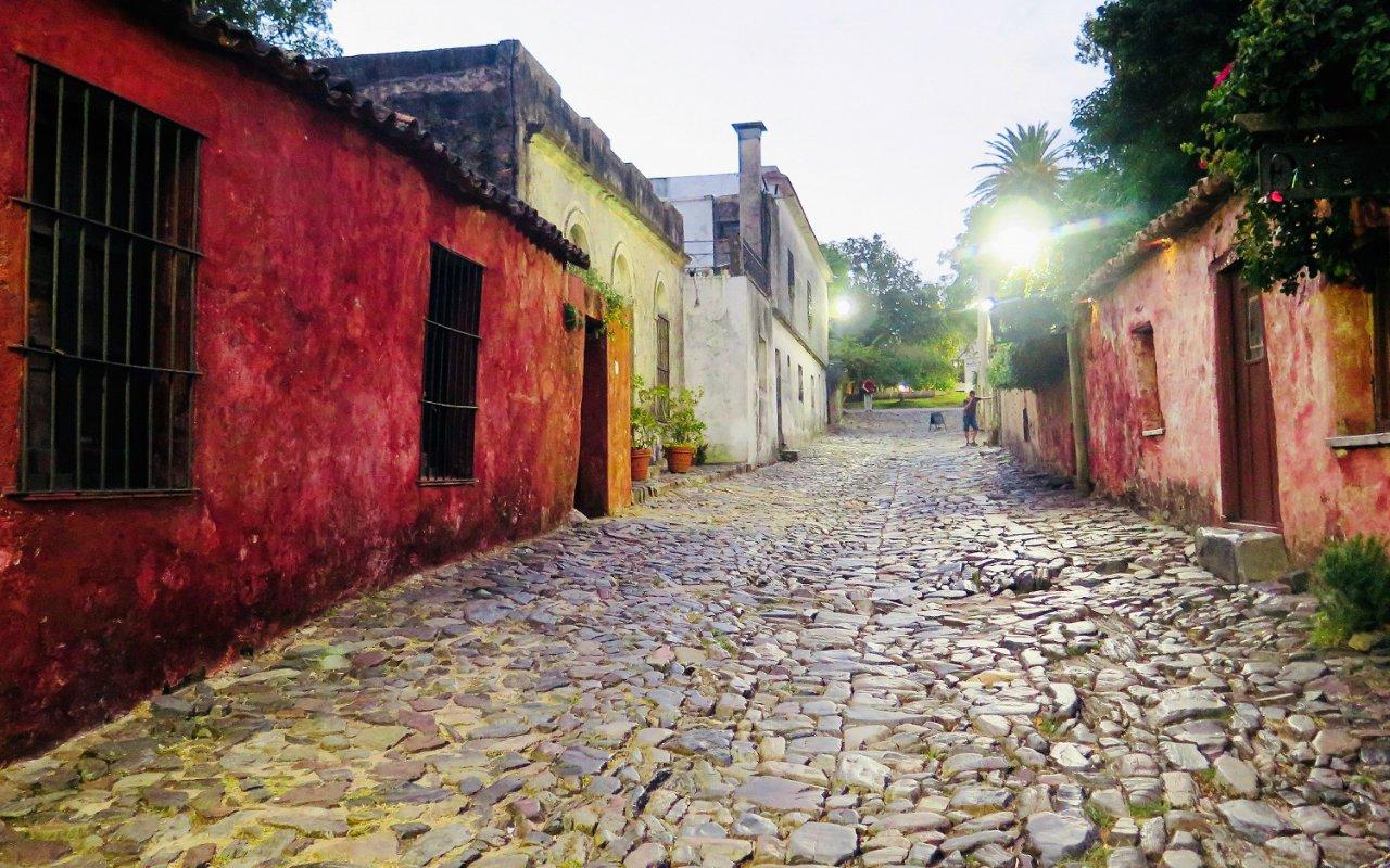 Jolie rue pavée de Colonia, digne d'un décor de film – Voyage Uruguay