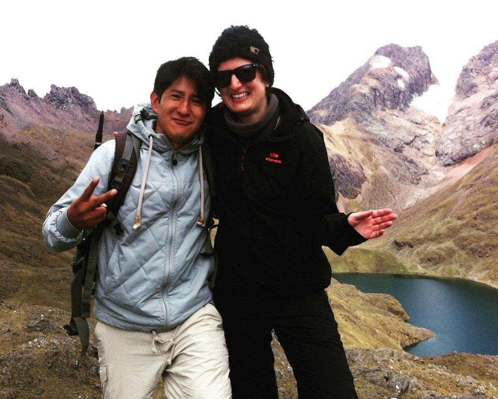 Percy et moi, devant la lagune Ipsaycocha, heureux après avoir monté 3 cols à plus de 4400 mètres !