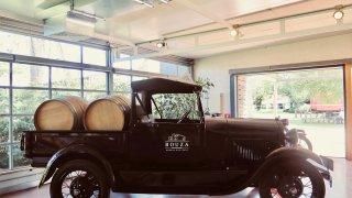 En voiture! Domaine Bouza, avec ses voitures anciennes qui ponctuent la scénographie du restaurant – Voyage Uruguay
