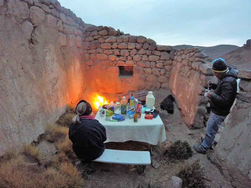 Feu de camp dans une ancienne cabane de mineurs