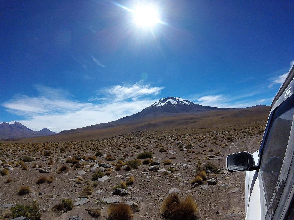 Volcan Tomasamil se profile à l'horizon