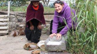 Avec Doña Rosita, je m'entraîne à moudre le maïs!