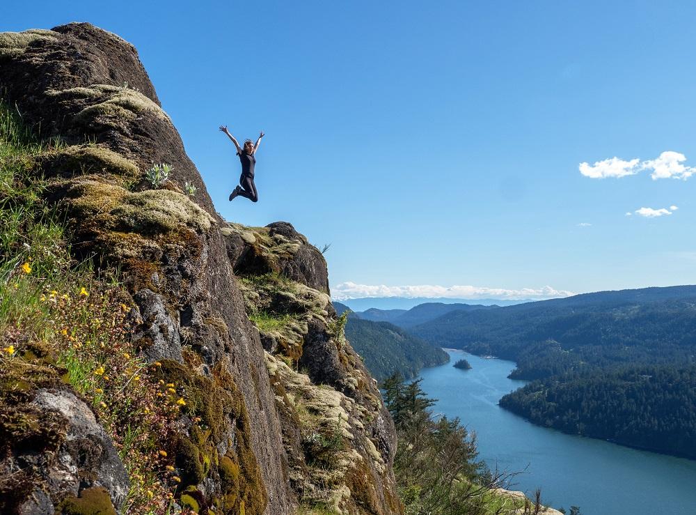 Petit jump pendant une rando à côté de Victoria, avec vue sur le fjord Finlayson