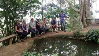 Alejandro, debout à droite, nous présente fièrement un des bassins de sa pisciculture – Costa Rica
