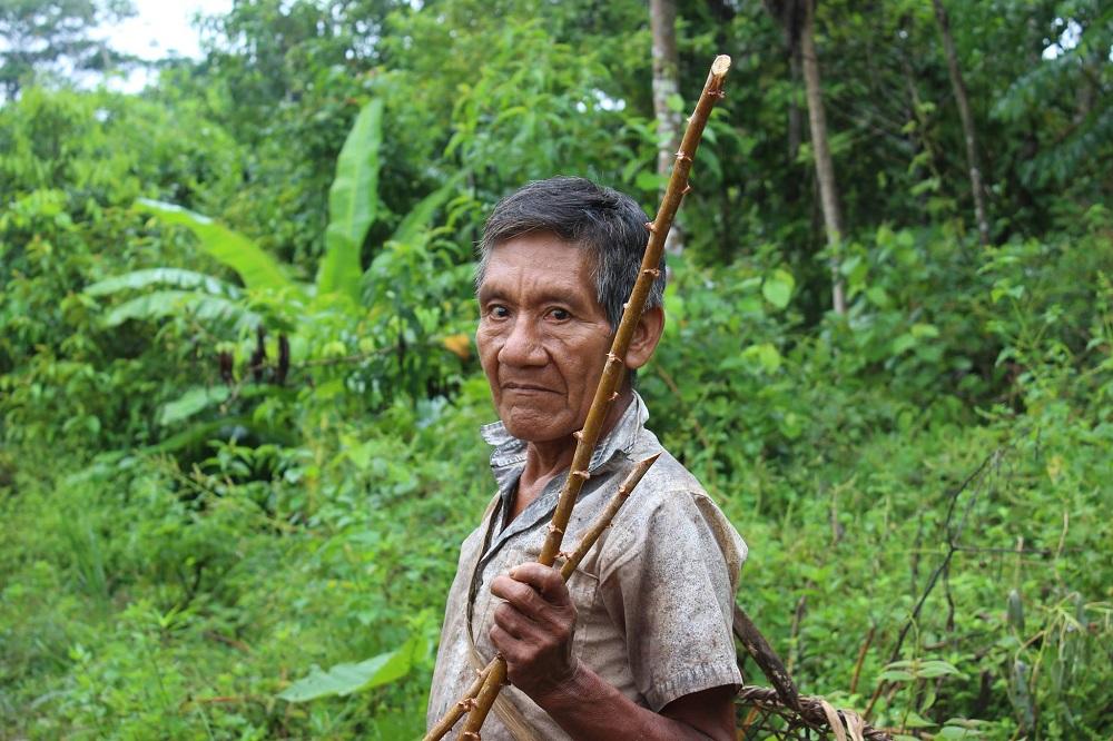 ndigène Huitoto en route vers les champs de manioc – Amazonie, Colombie