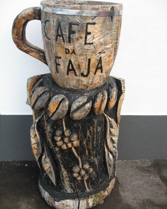 Une petite tasse de café de São Jorge avant le départ ? (Sculpture de taille réelle : 1 mètre) – Açores