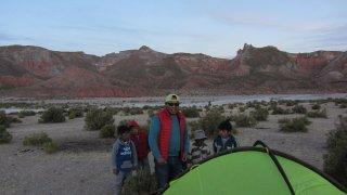 Ce soir, Rodri va relever un challenge : dormir seul, en tente et dans le désert.