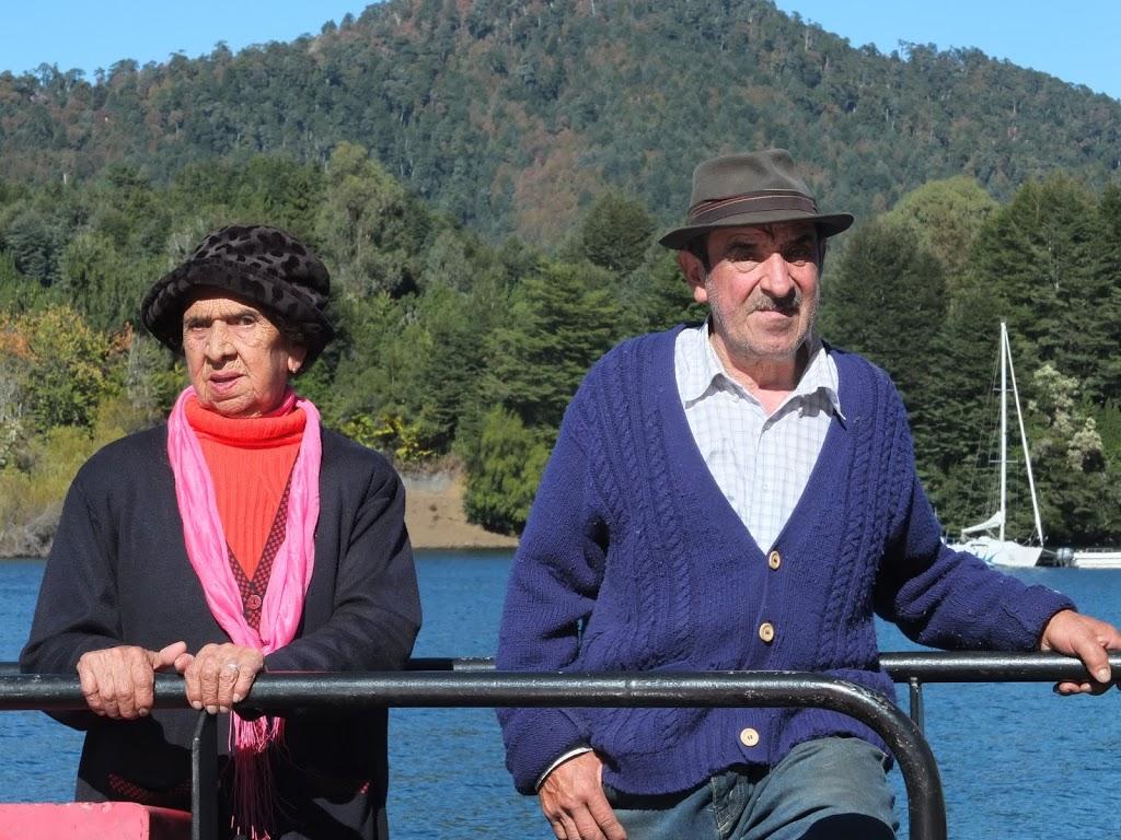 Couple argentin sur le ferry nous menant au Paso Hua Hum – Argentine