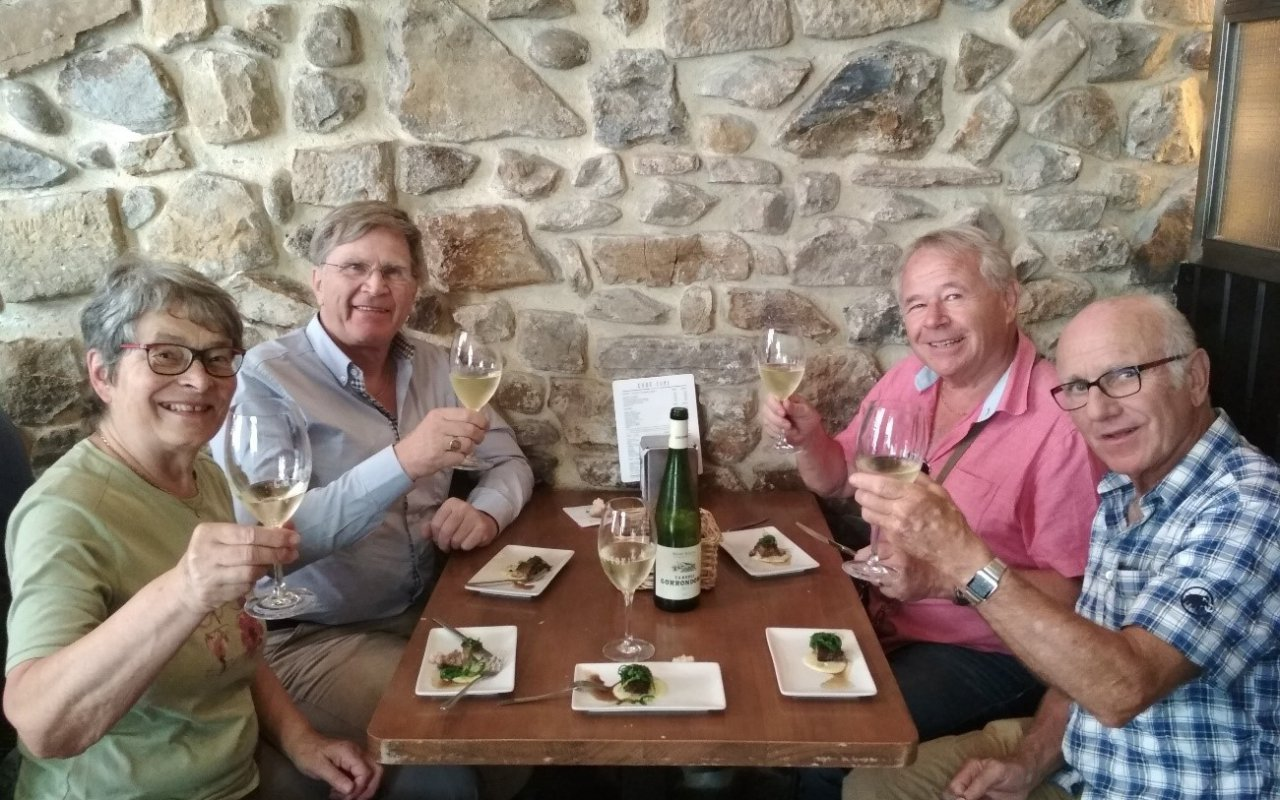 Dégustation de Pintxos accompagnés de Txakoli (vin typique Basque) dans le bar Gure Toki