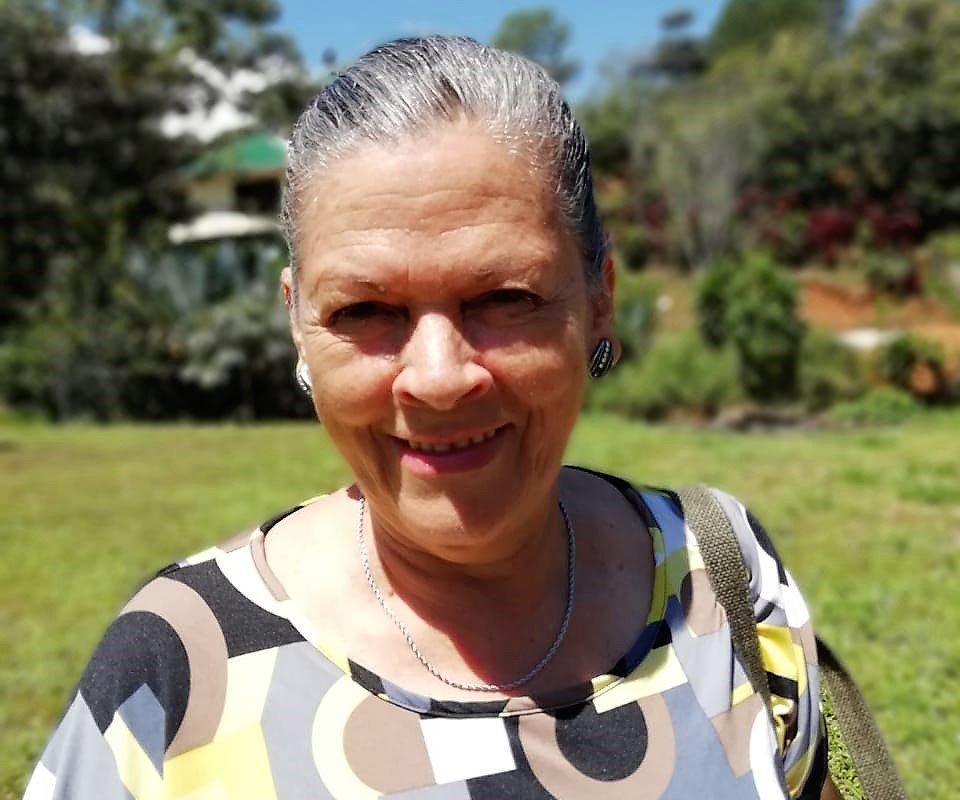 Doña Inês nous sourit depuis le patio de sa maison – voyage au costa rica