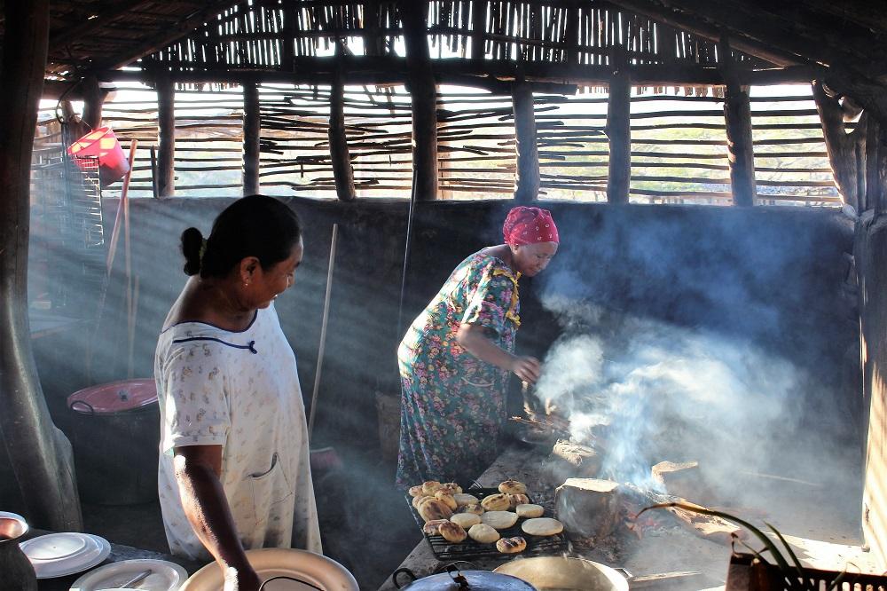 Eloignées les unes des autres, les maisons sont faites en bois de cactus et la cuisine est la pièce principale – Peuple Wayuu, La Guajira, Colombie