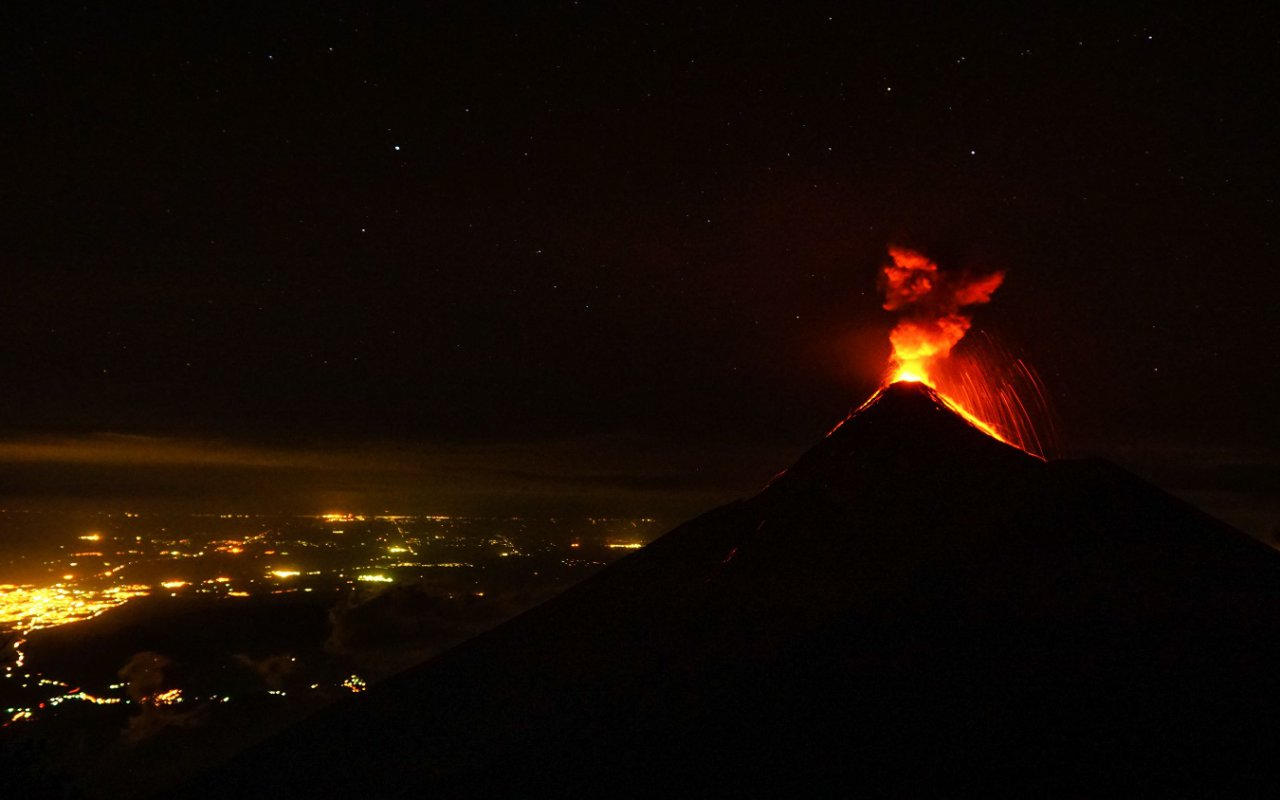 Volcan Fuego en éruption, Guatemala – volcans Amérique Latine – © Christopher/stock.adobe.com