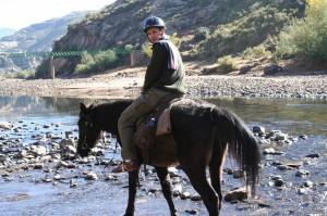Je teste la station météo locale, la pierre est chaude… il va faire beau. C'est parti pour deux jours dans la campagne du Lesotho avec le moyen de locomotion n°1 du pays : le cheval Basotho… que j'appellerais plutôt un poney ! Mon nouveau compagnon court sur pattes est habitué aux terrains abrupts et se fraye un chemin à flanc de montagne jusqu'aux chutes d'eau de Botsoela.