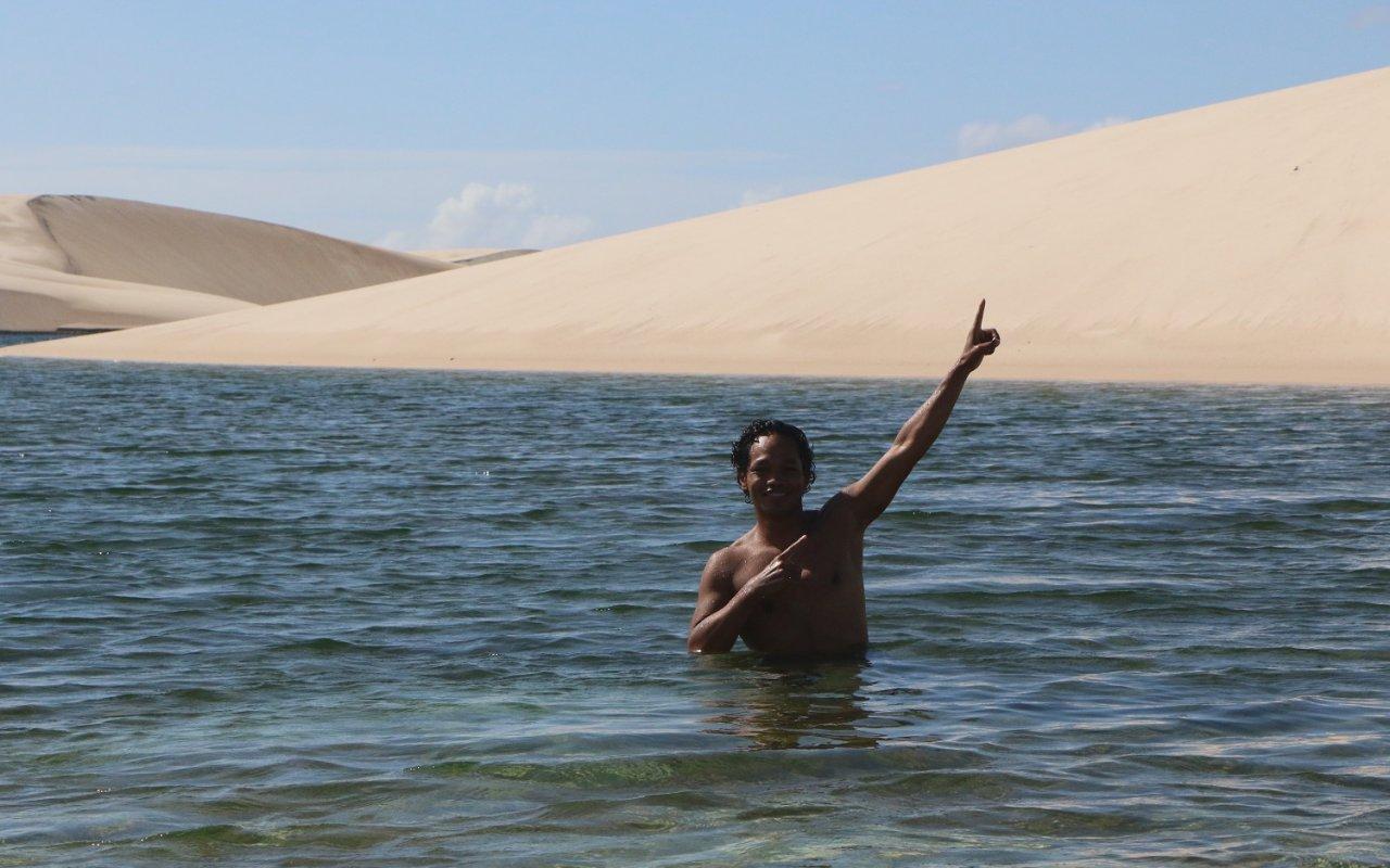 Je prends la pose lors d'un arrêt baignade – lençois maranhenses – voyage au brésil nordeste