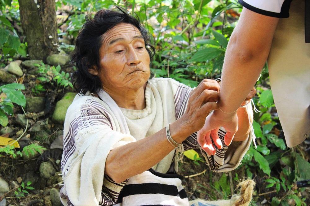 Le chaman Kogui donnant les autorisations pour entrer sur la terre sacrée – Colombie