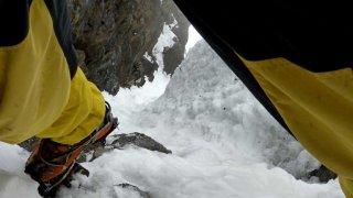 La cascade de glace en fin de goulotte, regard vers le bas