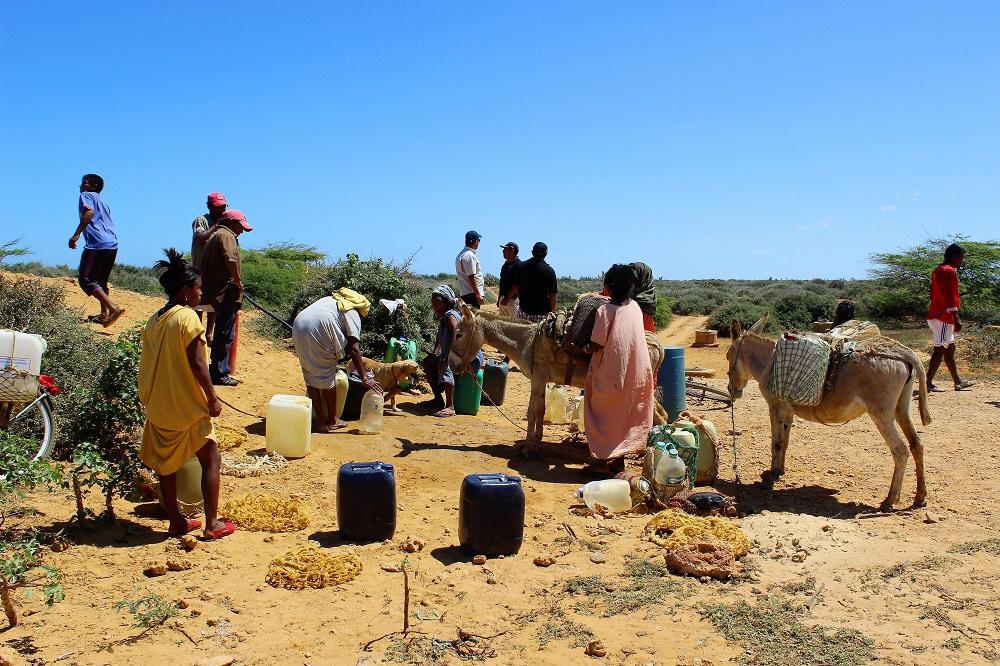 L'heure de rencontre au puit des différentes familles – Peuple Wayuu, La Guajira, Colombie