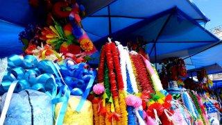 Marché de Copacabana, serpentins colorés pour la Challa – Bolivie