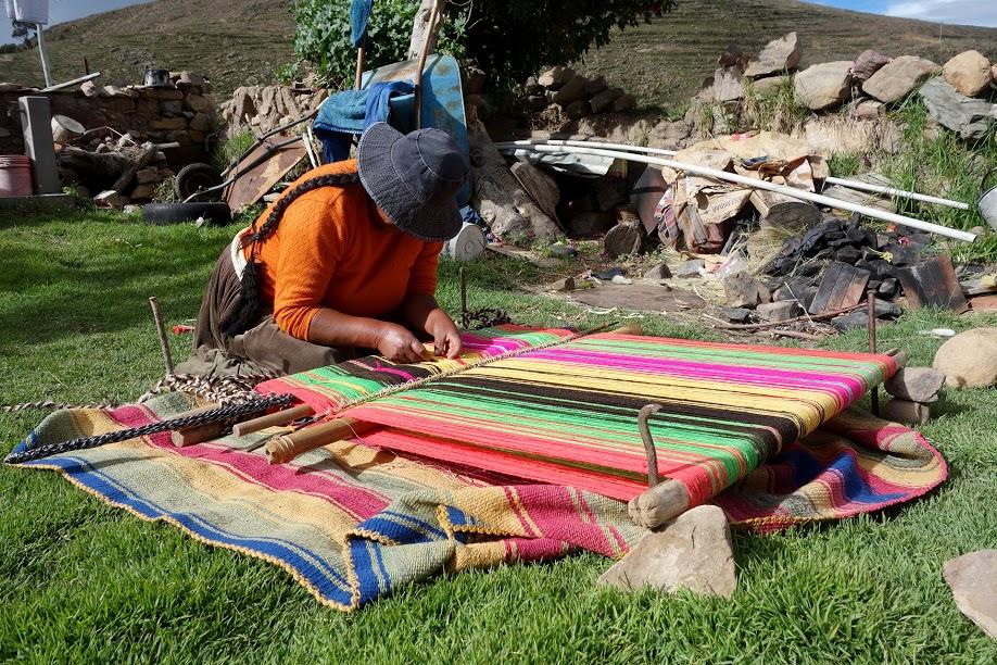 Maria en train de tisser à Quewaya