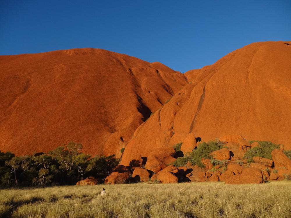 Méditation au pied du célèbre monolithe d'Uluru – carnet de voyage Australie