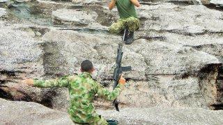 Militaires colombiens en mode pose photos à Caño Cristales