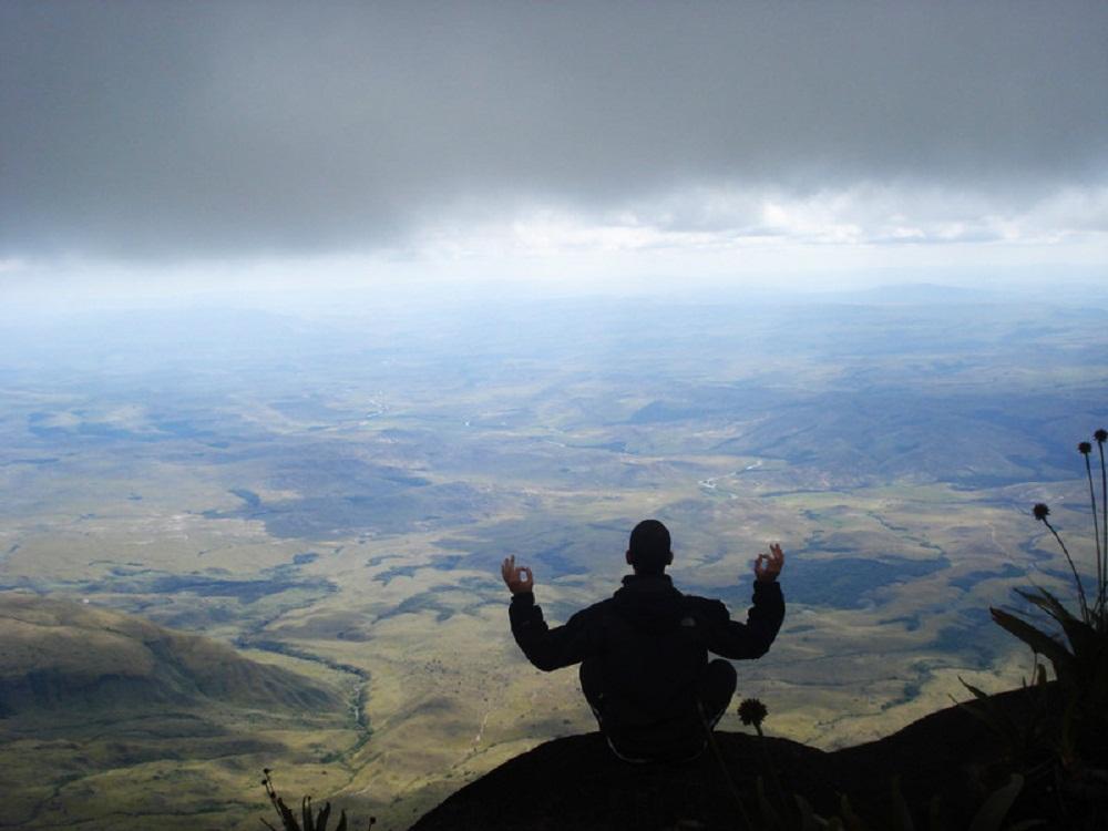 Luc en méditation au sommet du Mont Roraima