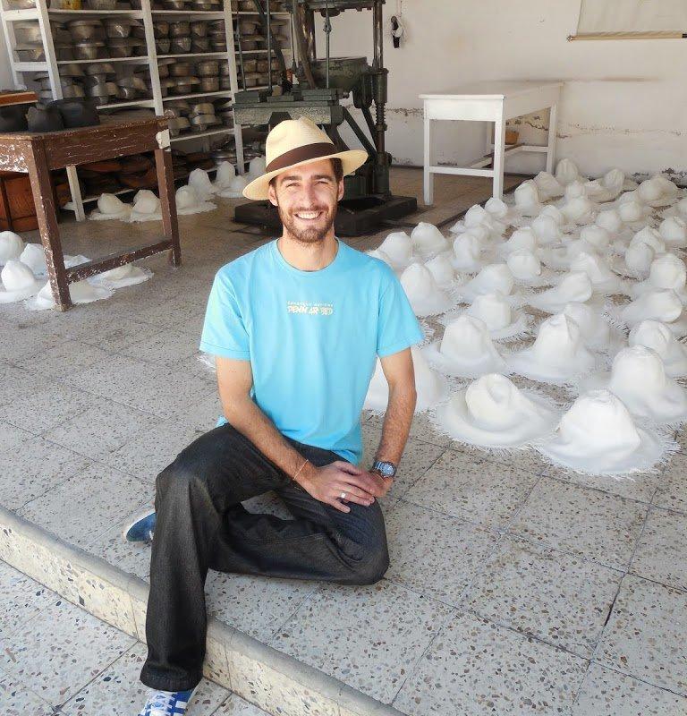 Nicolas et les chapeaux panamas à Cuenca, Equateur