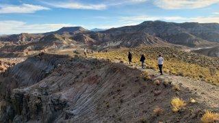 On découvre les belles montagnes colorées sur la route entre Tupiza et Río Seco.
