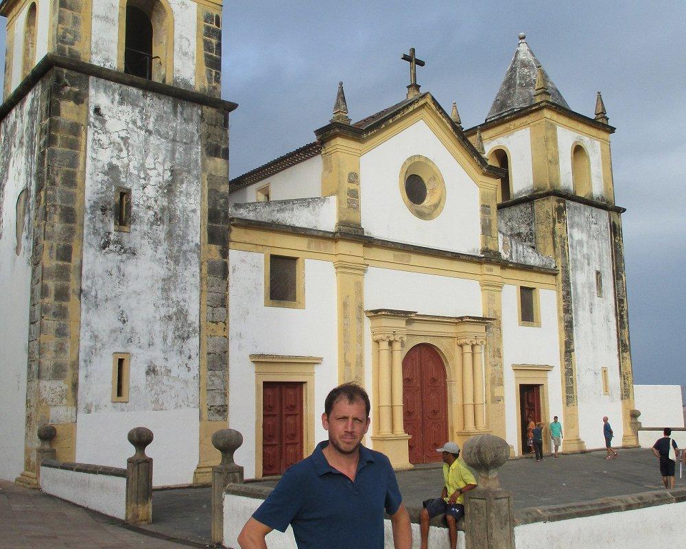 Thomas devant la Igreja da Sé à Olinda, voisine coloniale de Recife – Nordeste Brésil