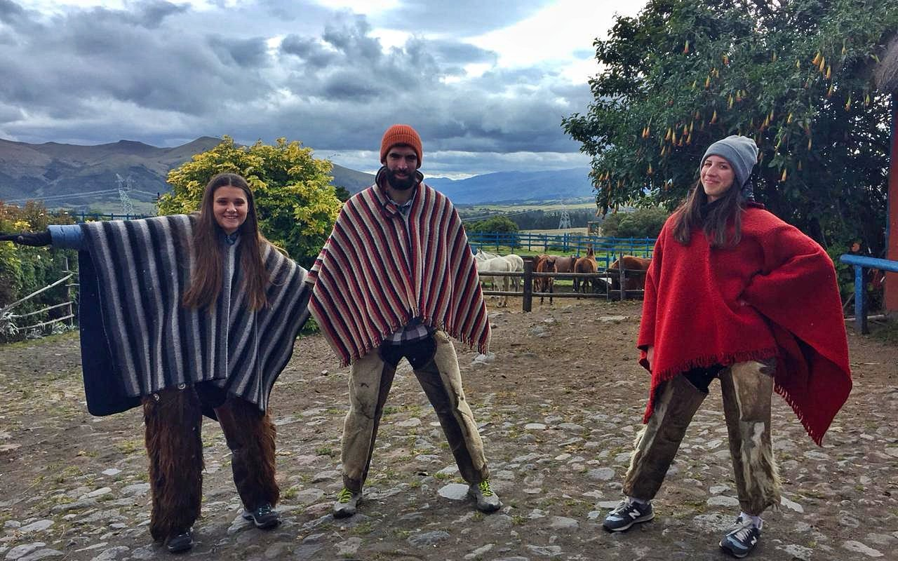 Mathilde, Pierre et Marion prêts pour faire du cheval – Terra EcMathilde, Pierre et Marion prêts pour faire du cheval – Terra Ecuadoruador