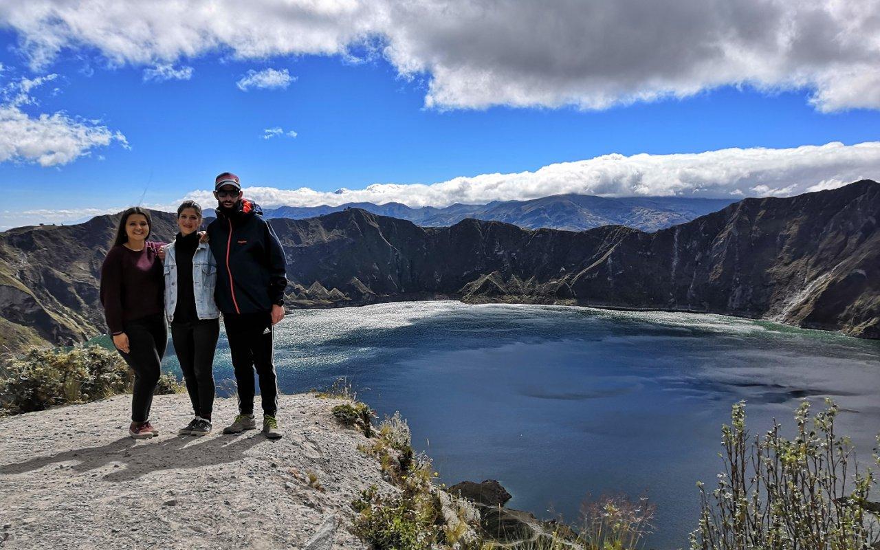 Mathilde, Marion et Pierre devant la lagune Quilotoa – volcans en Equateur – Terra Ecuador