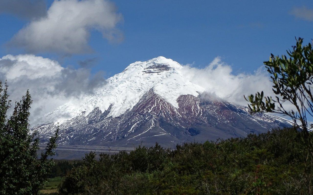 Vue de plus près du volcan Cotopaxi dont le sommet culmine à 5 897 mètres – volcans en Equateur – Terra Ecuador