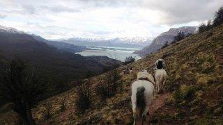 Randonnée équestre à l'Estancia El Condor – vue panoramique sur le Lac San Martin, Patagonie argentine