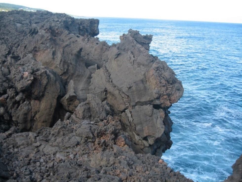 Randonnée à l'est de Pico : « Cest tout droit, au milieu de la crevasse de basalte ! » – Açores