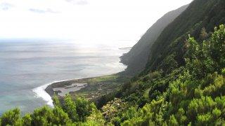 São Jorge : 4 km à flanc de falaise reliant Fajã dos Cubres à Fajã da Caldeira de Santo Cristo, accessible uniquement à pied – Açores