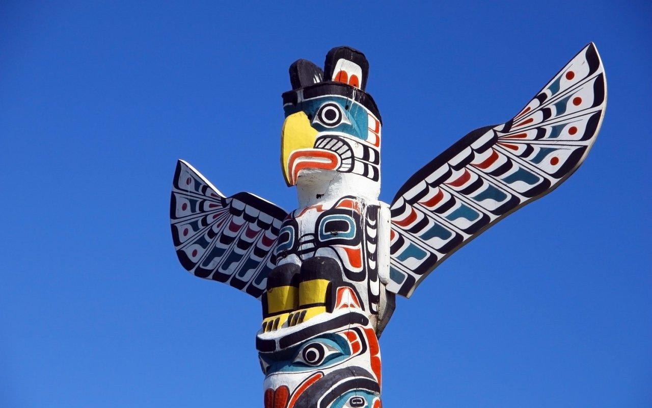 Totem fabriqué par les Premières Nations – voyage Squamish, Terra Canada