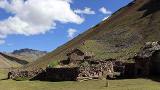 Les bicoques en pierre à flan de montagne que l'on croise sur la route – Trek Vinicunca, Pérou