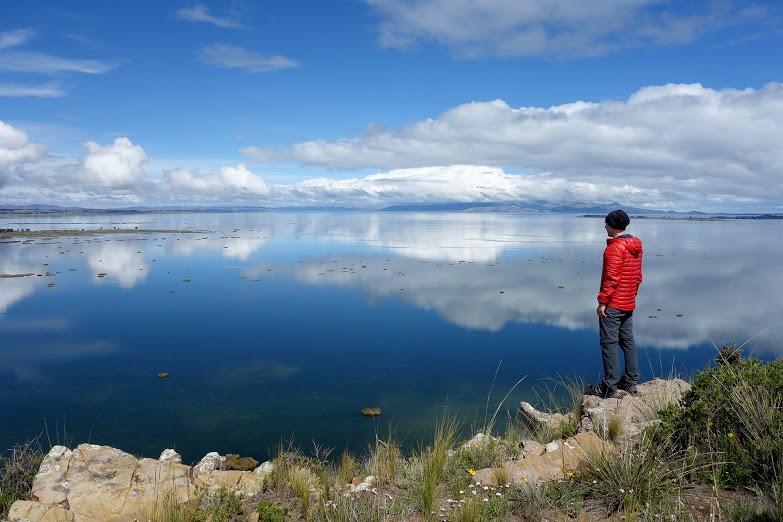 Vue sur le lac mineur depuis l'île Pariti