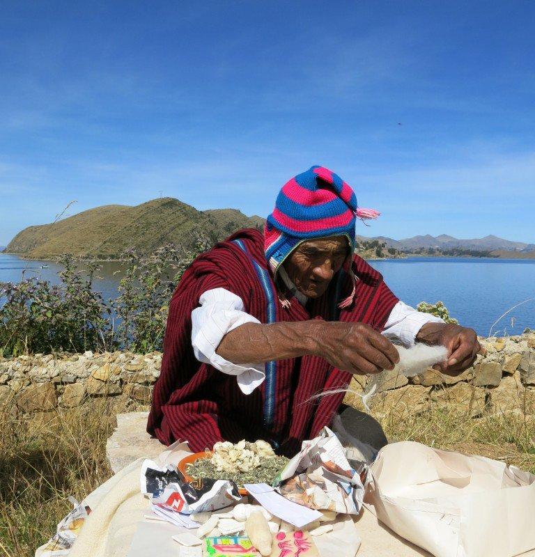 Yatiri pendant la cérémonie – Lac Titicaca – Bolivie