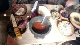 Garniture de la tortilla : purée de haricots, graines de courges, fromage – Zinacantán, Chiapas, Mexique